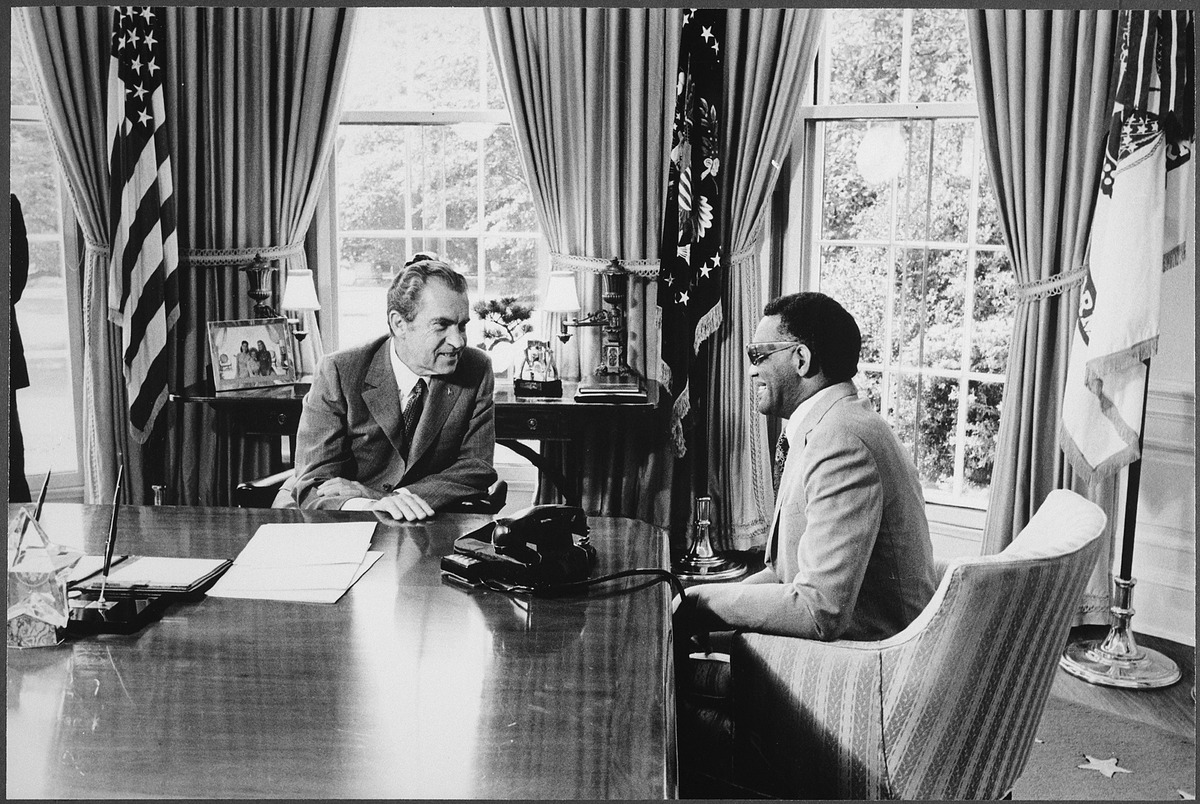 lossy-page1-1200px-Nixon_meeting_with_Ray_Charles_in_the_oval_office_-_NARA_-_194452.tif.jpg