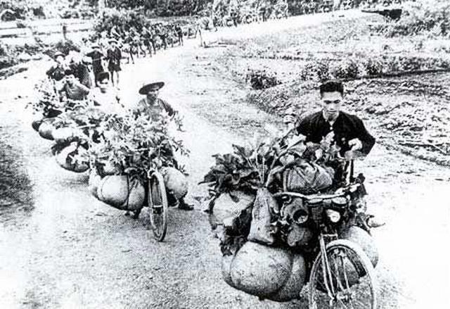 Вьетнамская колонна снабжения – мешки с рисом и овощами, боеприпасы и медицинские материалы.jpg