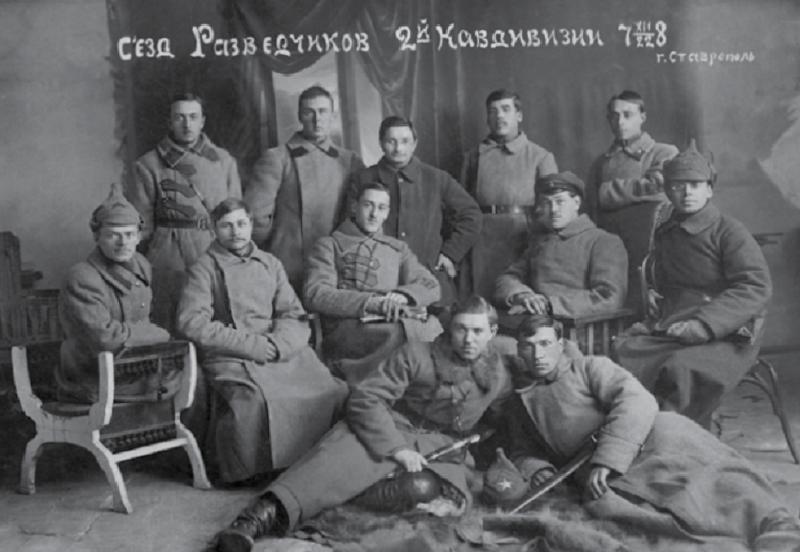Съезд дивизии, 1922. Натан Стругацкий крайний справа во втором ряду.  Источник: «Дилетант»