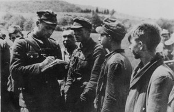 Польский офицер допрашивает пленных бандеровцев, 1947. <br>