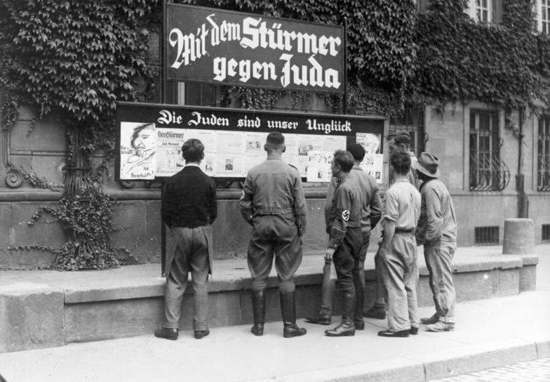 фото 1 Немцы за чтением Штурмовика.jpg