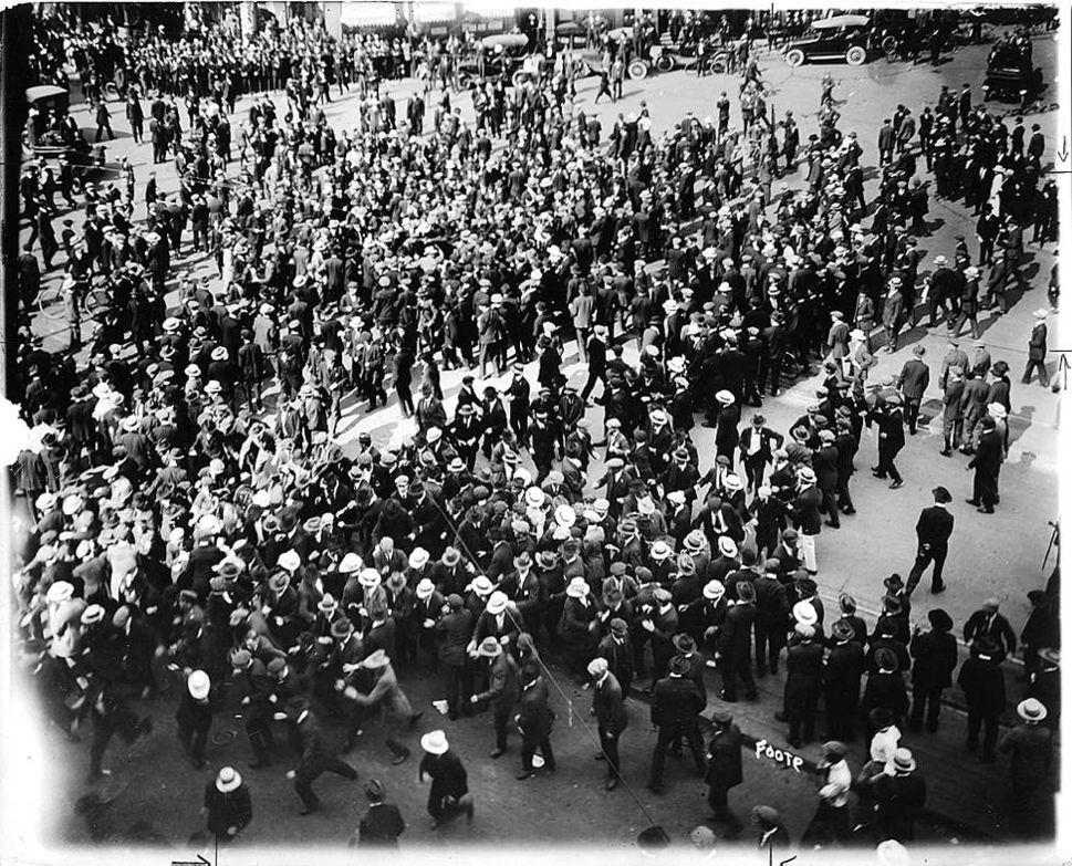 Забастовщики выходят на улицы, Виннипег, 10июня 1919г. <br>