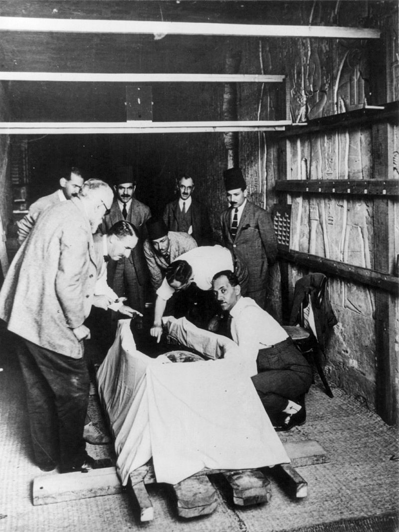 Howard_Carter_opening_mummy_of_King_Tut_cph.3b08637.jpg