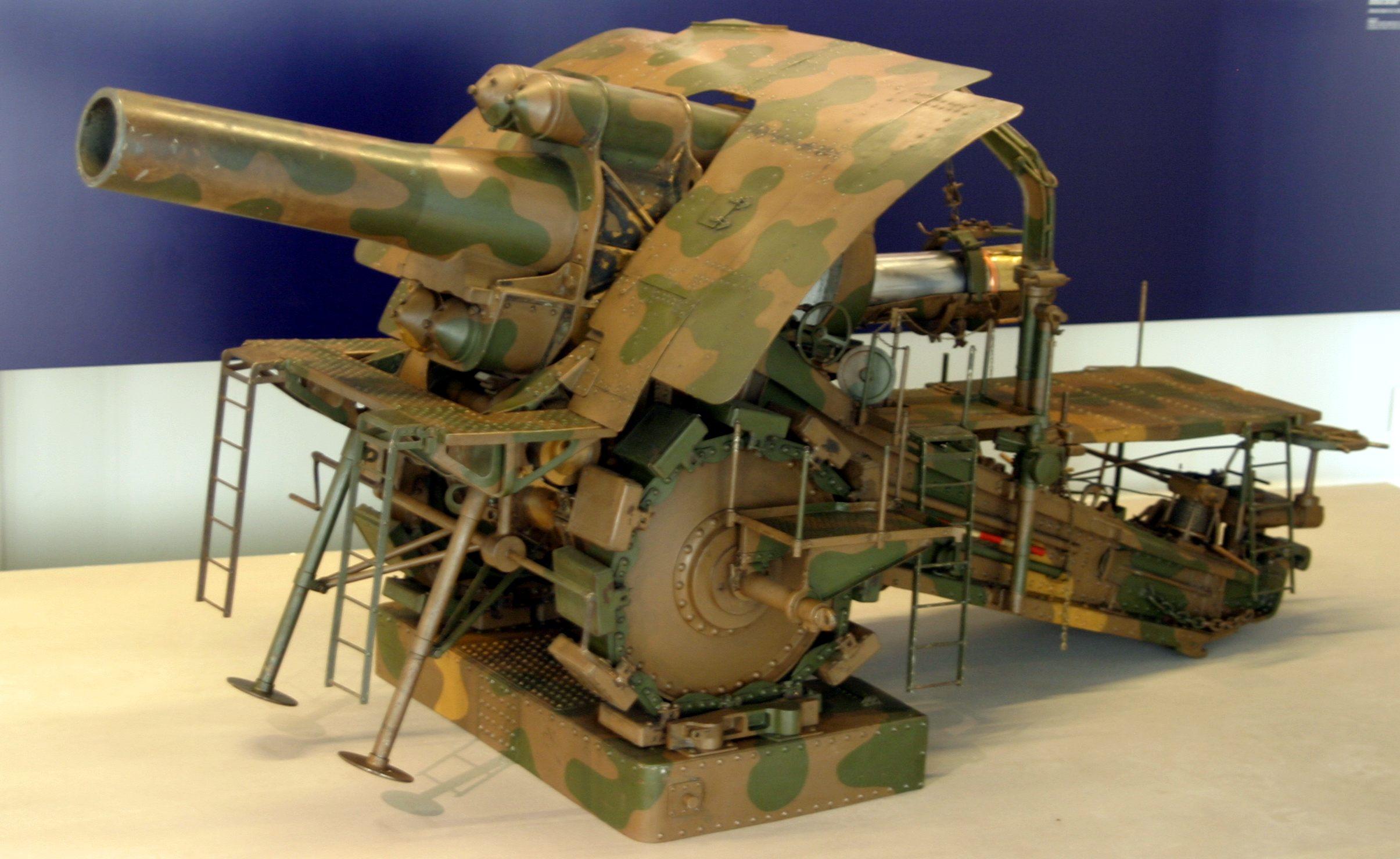 Масштабная модель M-Gerät, мобильной версии орудия, в парижском музее Musée de l'Armée.jpg