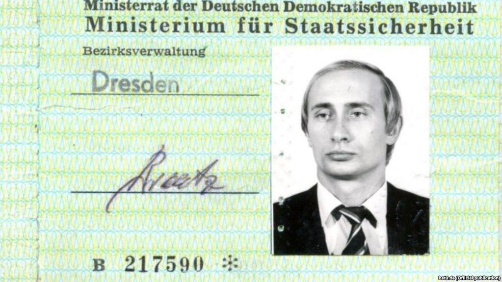 Удостоверение сотрудника Штази, выданное В. Путину. <br>