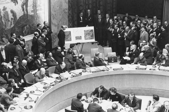 Adlai_Stevenson_shows_missiles_to_UN_Security_Council_with_David_Parker_standing.jpg