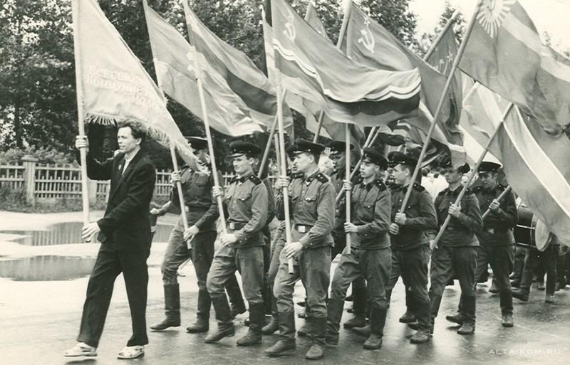 Комсомольцы местного Дворца молодежи.