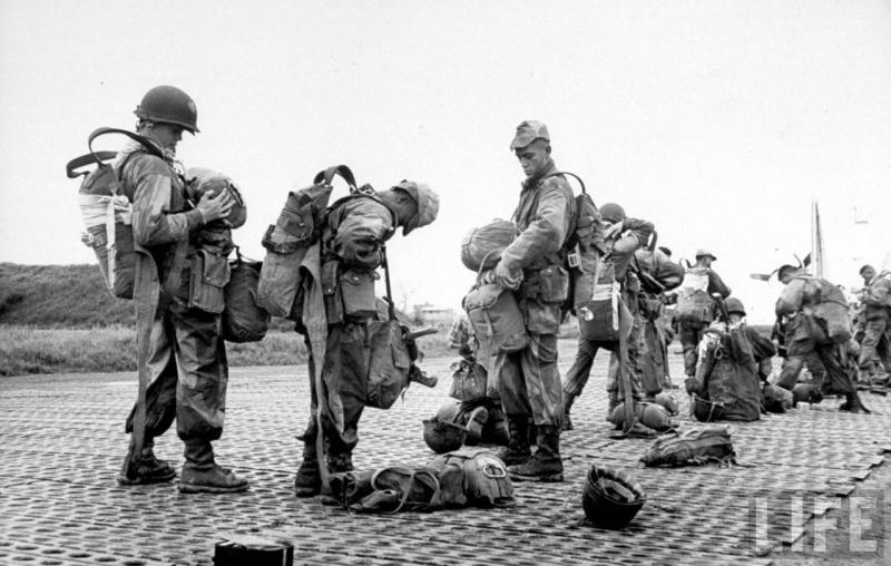 Французские десант перед боем в Дьенбьенфу.jpg