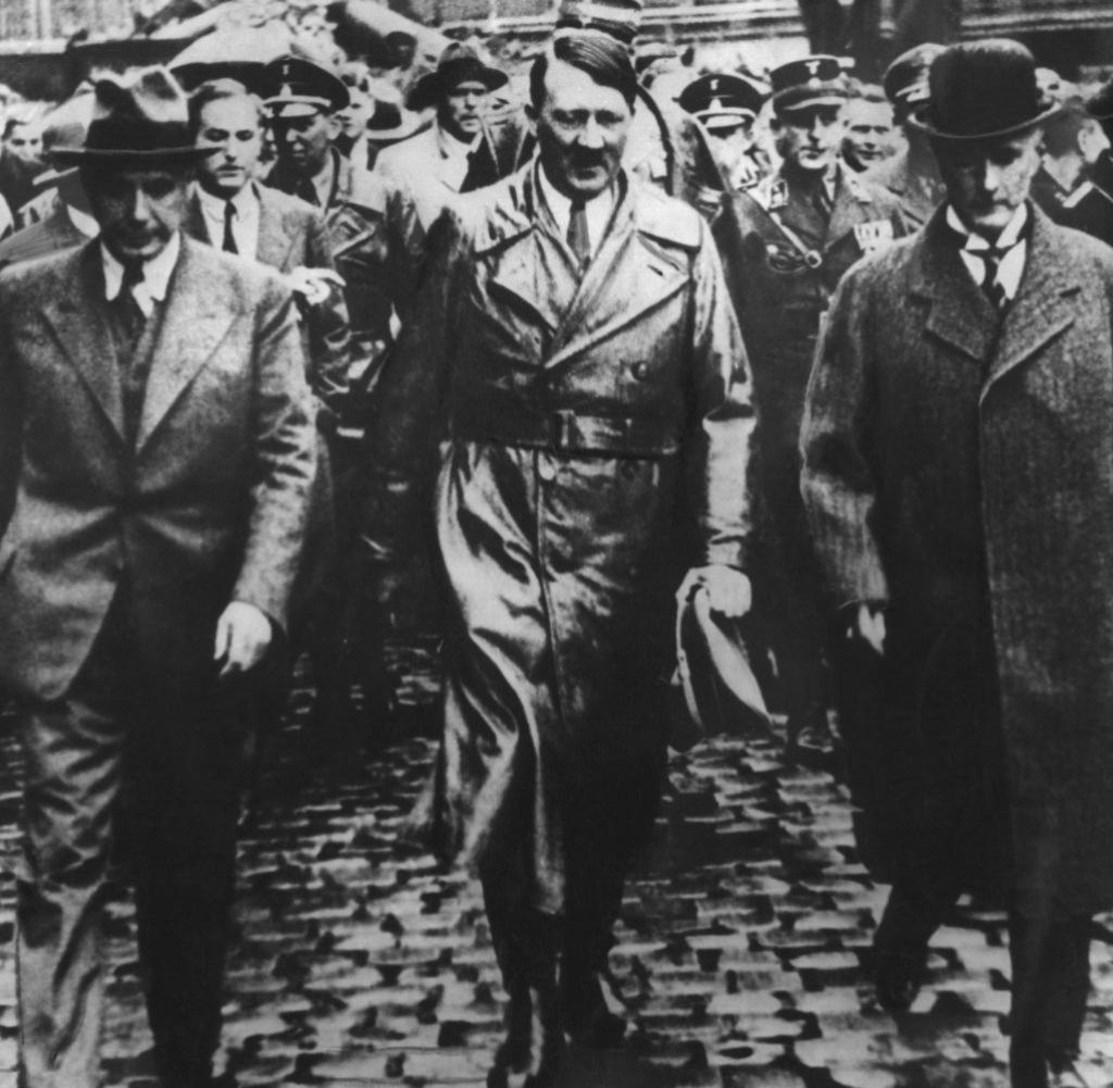 А. Гитлер и Г. Крупп [справа], 1940.