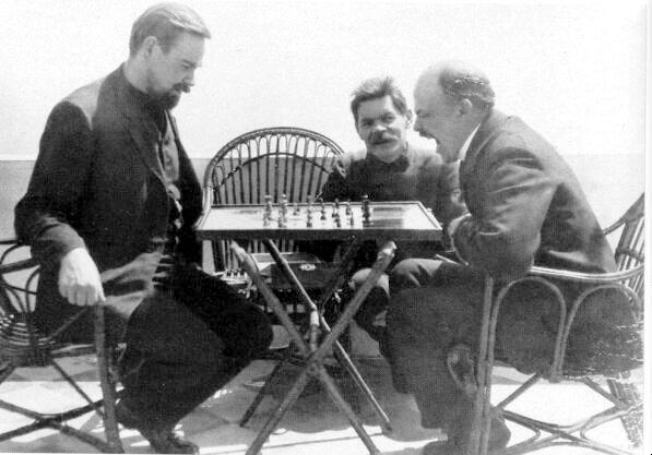 Ленин играет в шахматы на острове Капри в гостях у Горького 1908 год.jpg