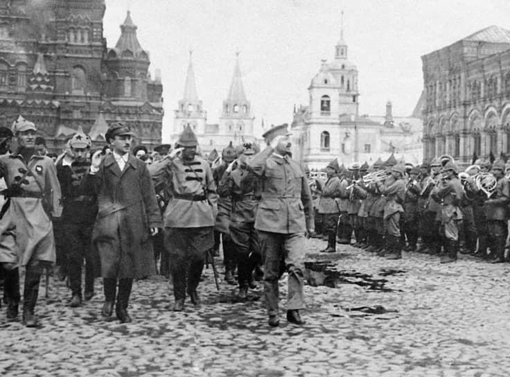 Лев Троцкий принимает парад на Красной площади, 1921г.