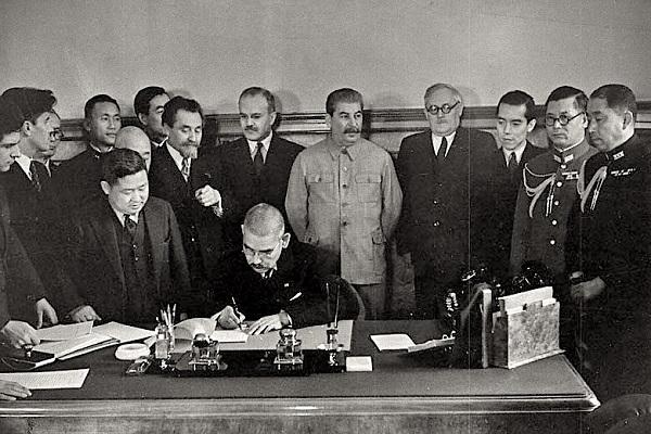 Подписание пакта о нейтралитете между СССР и Японией, 1941 год.
