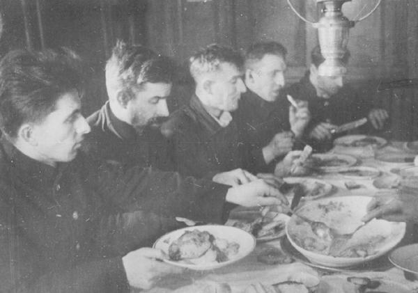 «Седовцы» за обедом.