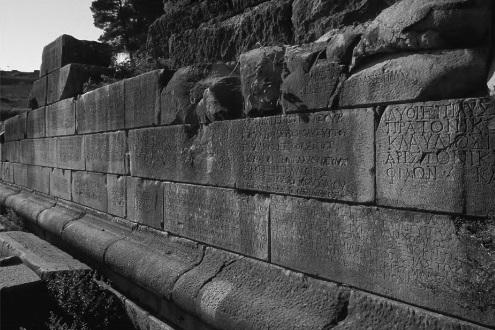 Восточная стена спартанского театра.