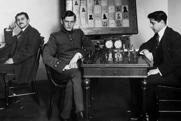 А. Алехин и Х. Р. Капабланка на Петербургском шахматном турнире 1914 года.        Источник: wikipedia.org