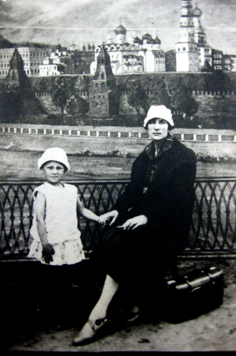 Зоя Космодемьянская с мамой, 1926 год.jpg