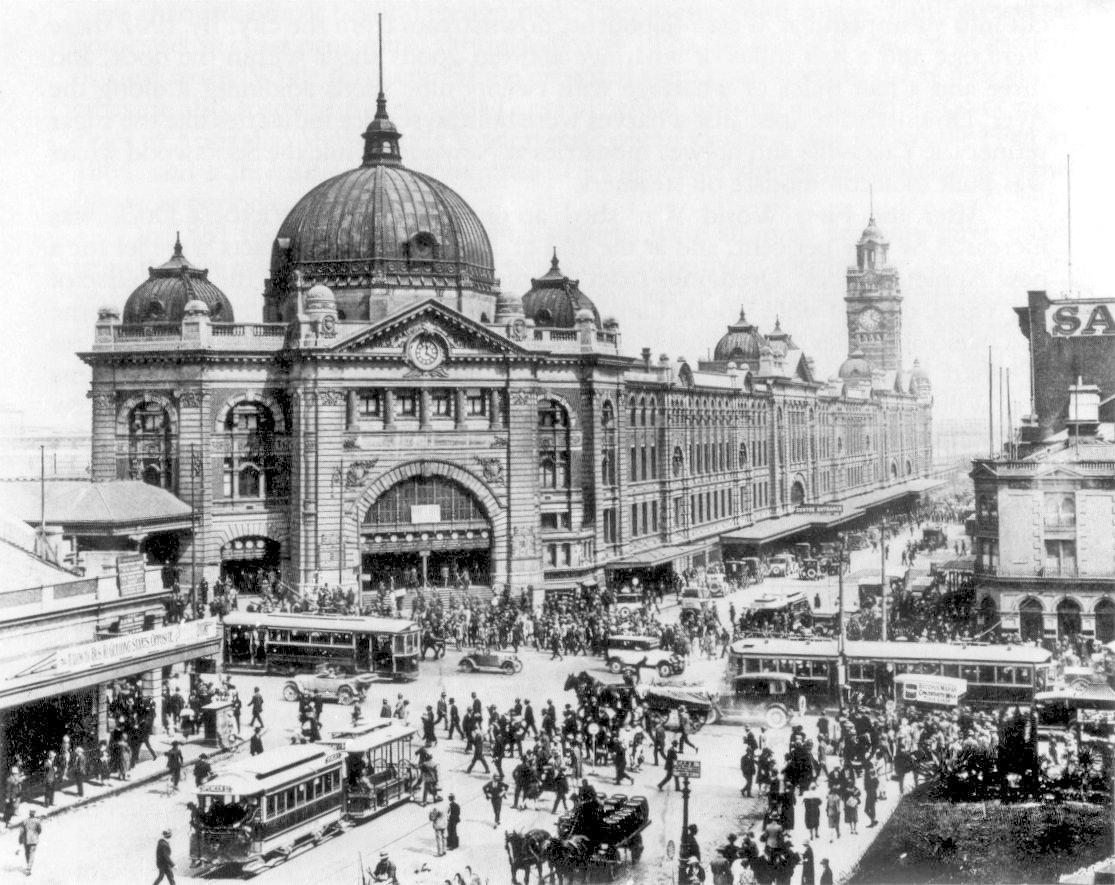 Железнодорожная станция Флиндерс-Стрит, на пересечении улиц Флиндерс-Стрит и Свенстон, 1927 год. В этот период это была станция с самым большим количеством пассажиров в мире..jpg