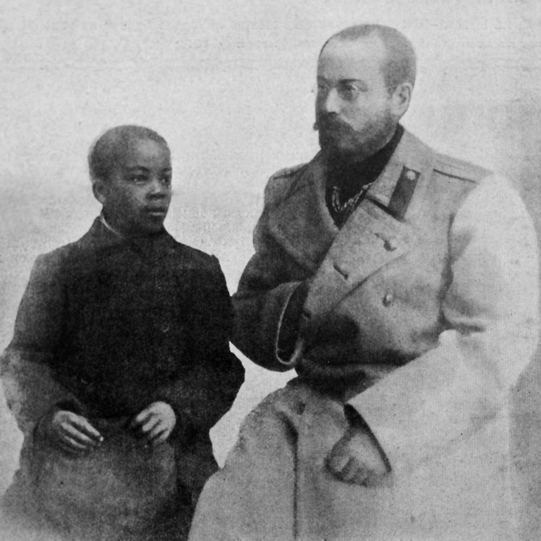 Булатович с приемным сыном Васькой.