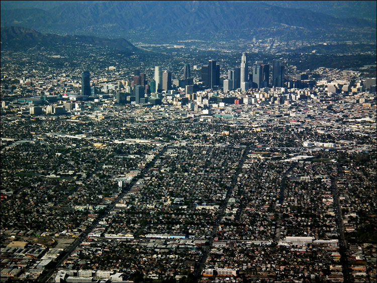 Панорама Лос-Анджелеса - небоскребы даунтауна и огромная площадь, занятая малоэтажной застройкой.jpg