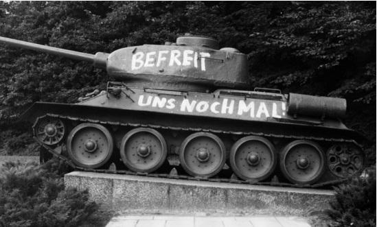 Надпись на советском танке: «Освободите нас еще раз». <br>