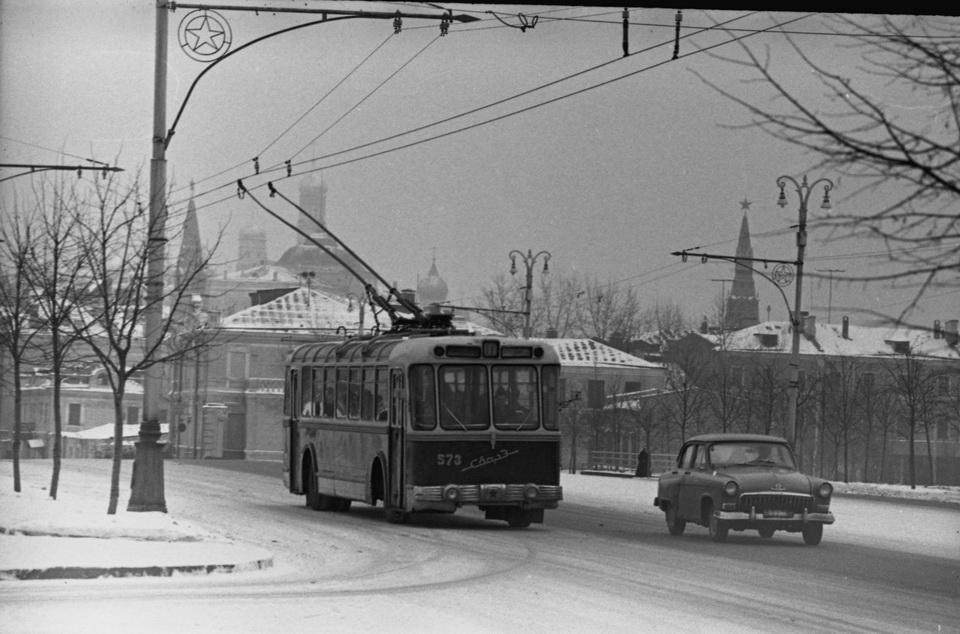 Андреи Михаилов «Троллейбус СВАРЗ автомобиль Волга», 1960-е гг.