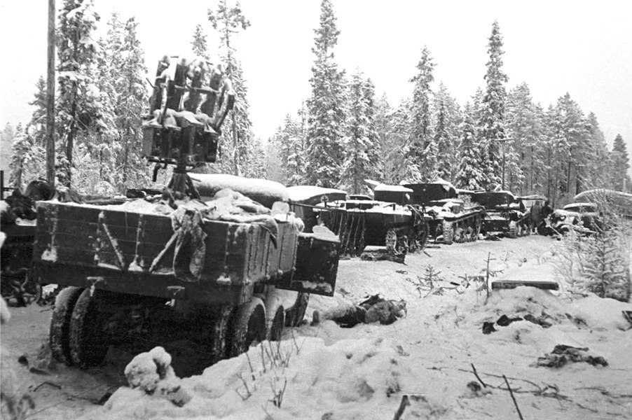 Фото 2. Разбитая советская колонна.jpg