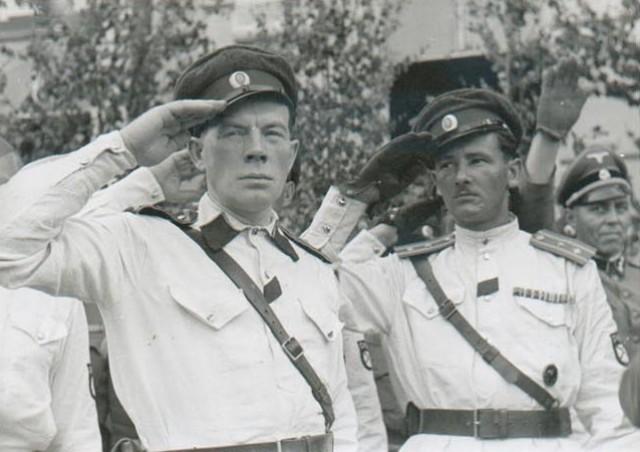 Фото 4. jakovkin.livejournal.com справа полковник РОА И.К. Сахаров.jpg