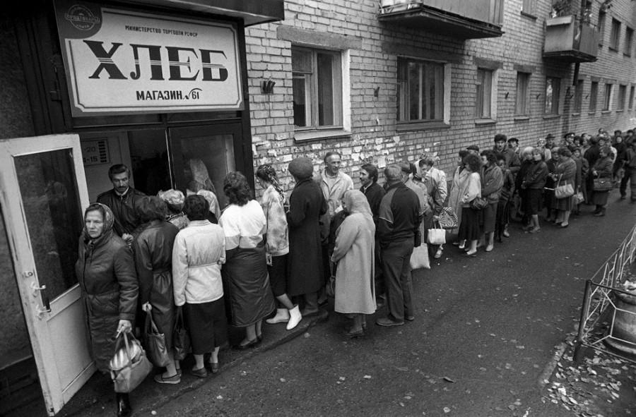 Картинки по запросу очередь за хлебом 90 года