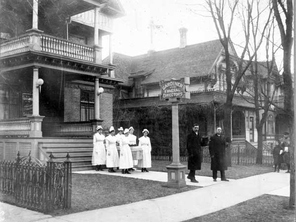 Медсестры несут гроб. Виннипег, 1918−1919 гг. <br>