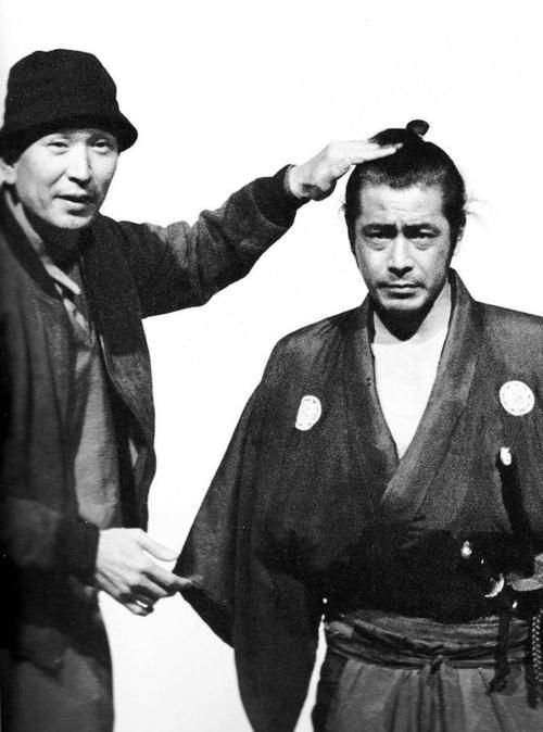 5_Akira Kurosawa & Toshiro Mifune on the set of Yojimbo(1961).jpg