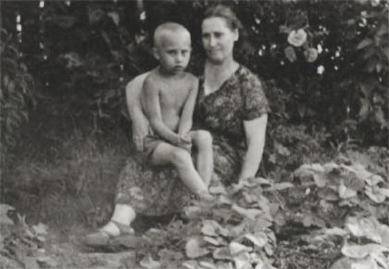 Путин с мамой.