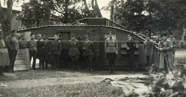 Реальные белогвардейцы у танка «Первая помощь», 1919. <br>
