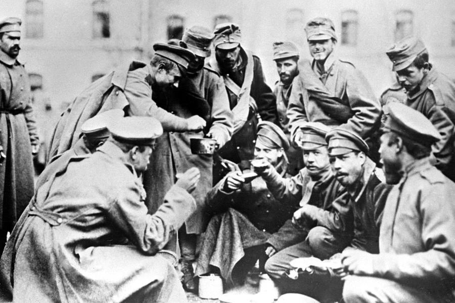Братание русских и австрийских солдат.
