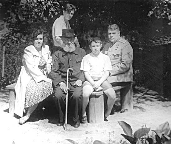 Михаил Александрович Василевский в гостях у сына-маршала, 1946 год. Фото из семейного архива Василевских