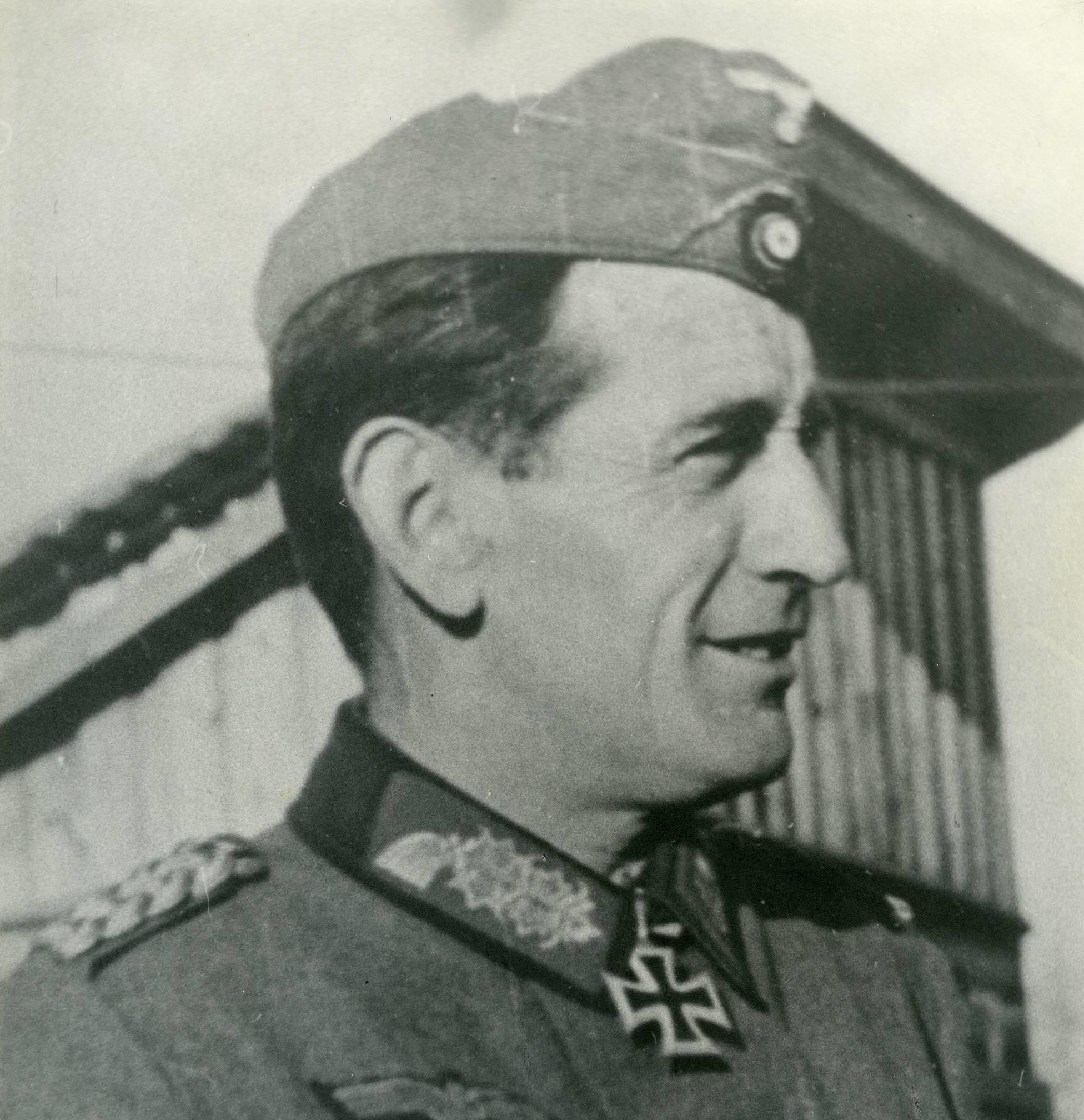 Командующий дивизии генерал Муньос Грандес.