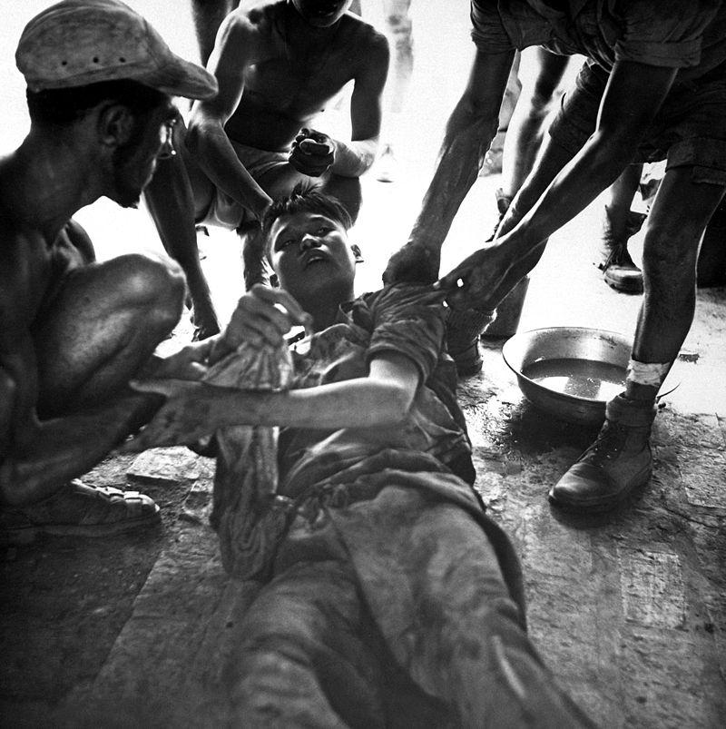 Франко-вьетнамские медики лечат раненного ополченца Вьетминя (1954).JPEG