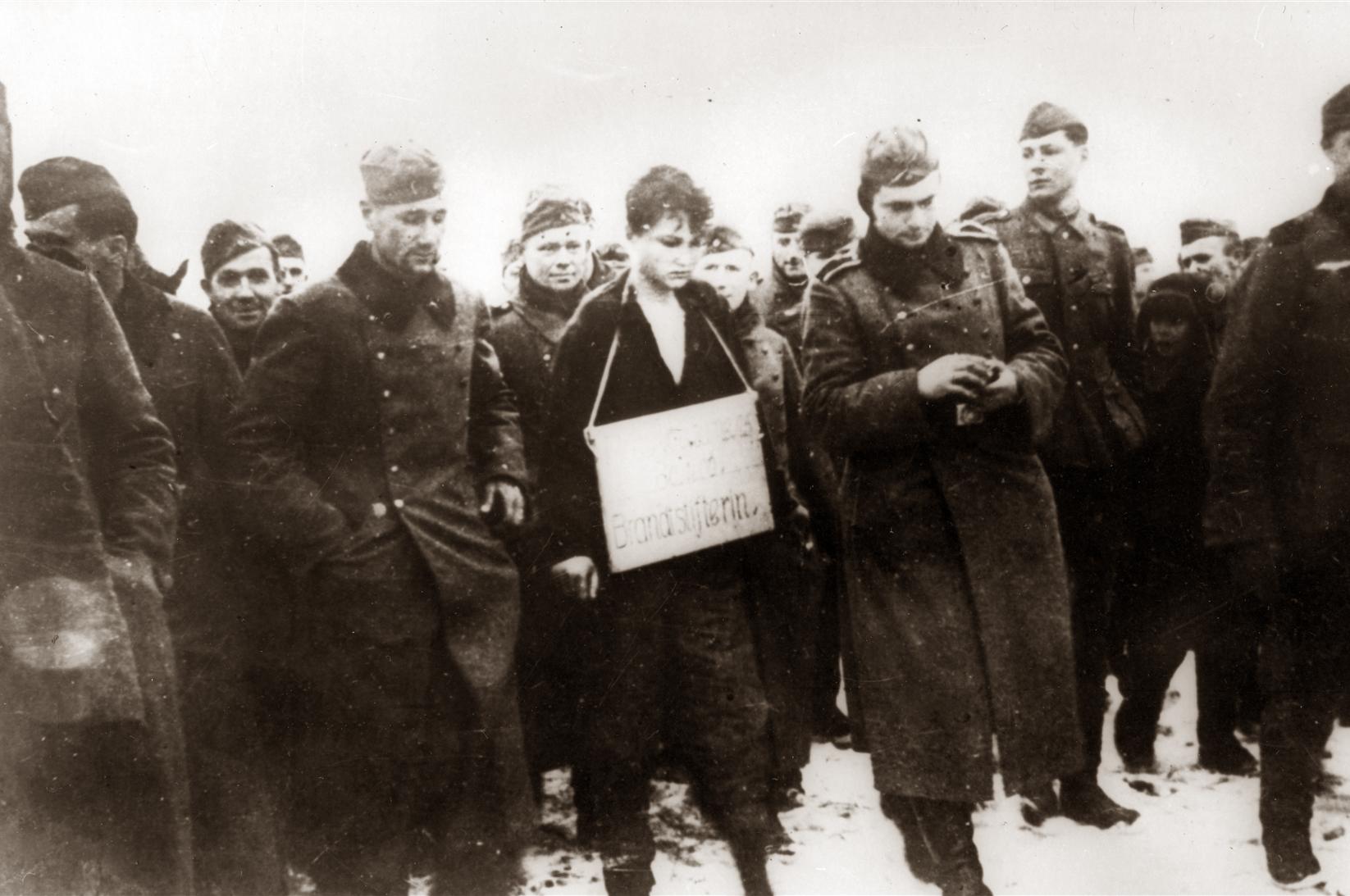 Зою Космодемьянскую ведут на казнь.jpg