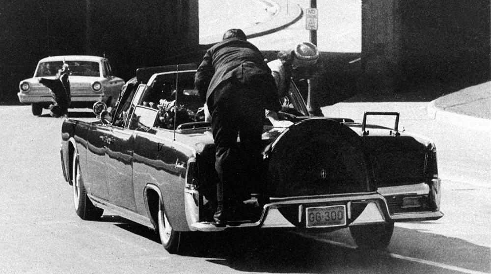 Жаклин Кеннеди и один изохранников президента сразу после выстрела.