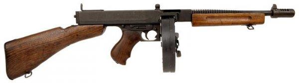 Пистолет пулемет М1928А1 с дисковым магазином на50 патронов.