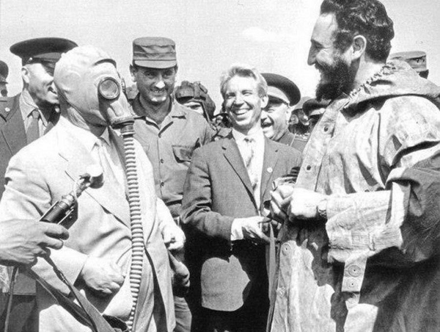 Хрущёв в костюме химзащиты иФидель Кастро.