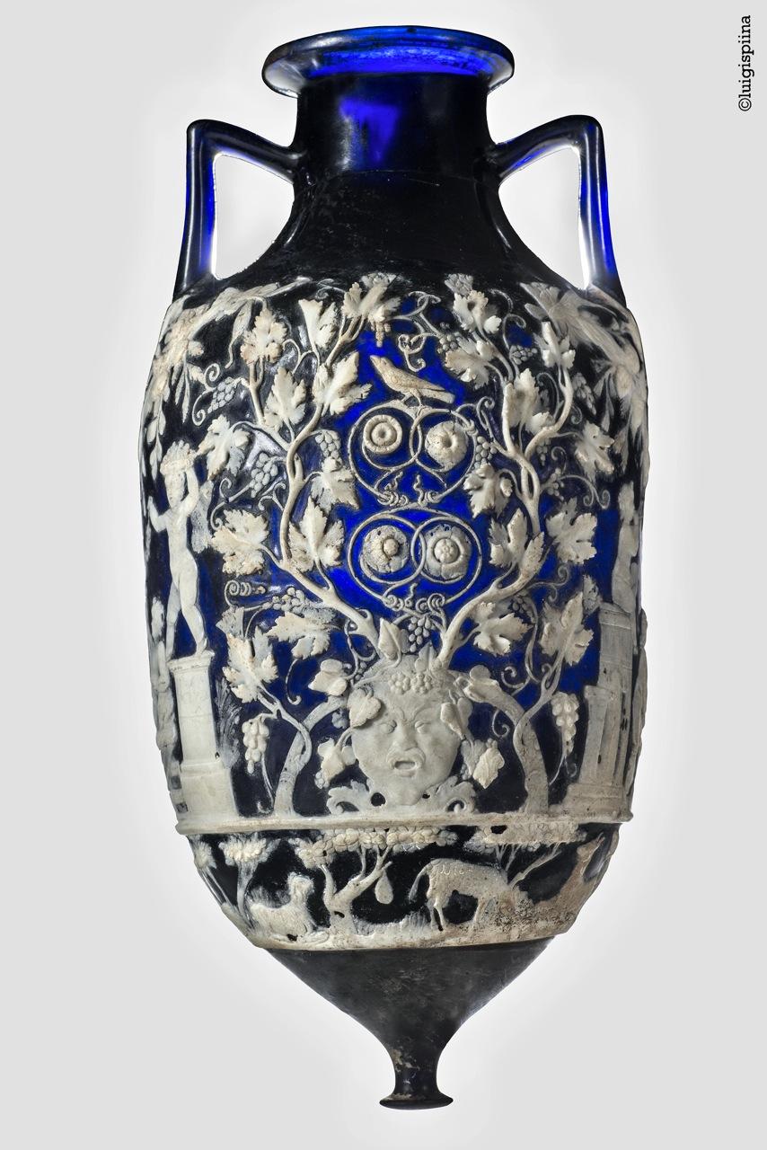 Голубая ваза.  <br> <br> Голубая ваза. Стекло-камея. Помпеи, Некрополь у Геркуланских ворот. Середина I в. н. э. ©Museo Archeologico Nazionale diNapoli (Национальный археологический музей Неаполя)<br>