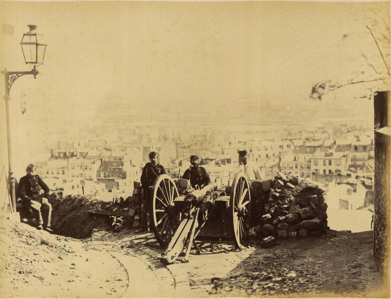 3 Гвардейцы у пушки на Монмартре.png